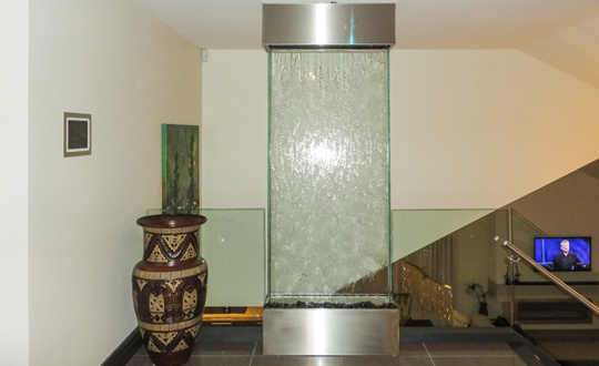 mur d 39 eau qui va du plancher au plafond. Black Bedroom Furniture Sets. Home Design Ideas